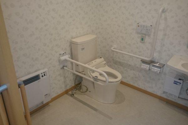 車椅子でも楽々な広さのトイレ