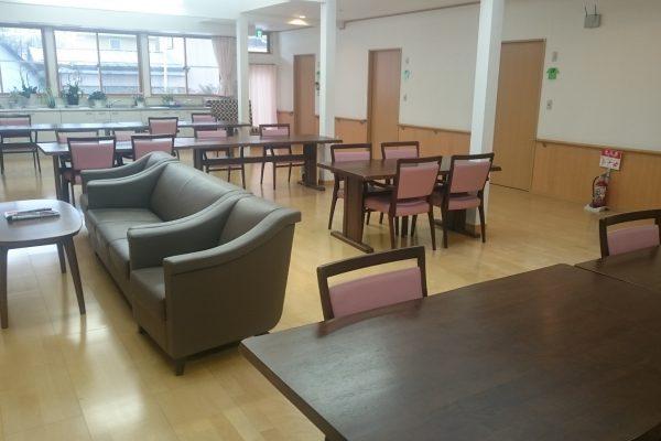 ゆったり開放的な広さの食堂