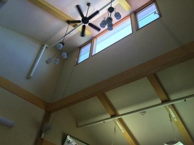 デイルームの天井は吹き抜けで日差しが明るいです