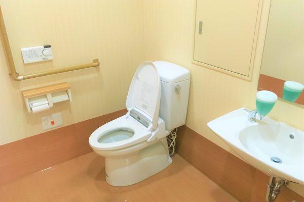 トイレはスペースが広く、安心してご利用いただけます