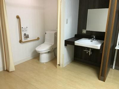 おトイレ時に車椅子で介助を要する方も広々としたトイレで使いやすいです