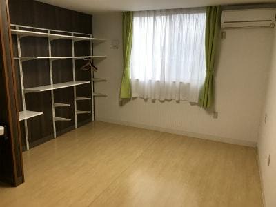 居室を広々とお使い頂けるように、オープン収納となっています。収納棚を自由に組み替えたり、取り外してお気に入りの家具を設置する事もできます