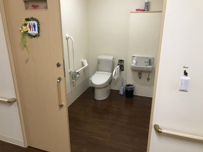 おトイレも広く扉が開き、スペースも広いので車椅子でも安心して使用できます