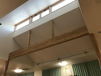 デイルームの天井は吹き抜けになっており、開放感があります。