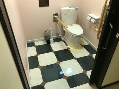 広々としたトイレ 床は大理石になっています