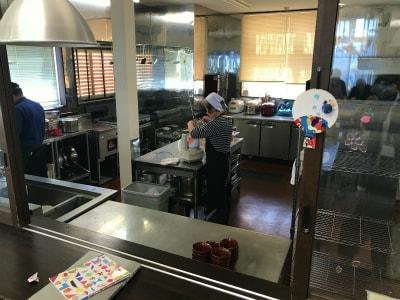 広い厨房で食事は全て手作りです。施設内で仕出しのお弁当屋さんもやっているので毎日違った献立でプロの味が楽しめます!