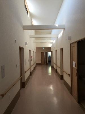 廊下(天井吹き抜けが清々しい)
