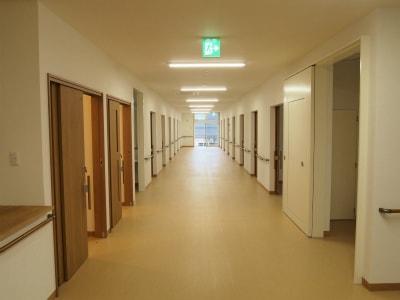 車椅子でもすれ違える広い廊下
