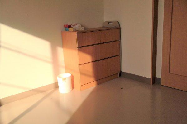 居室風景2 (チェスト備え付け ※通常ベッドは施設にて保管あるため利用可能)