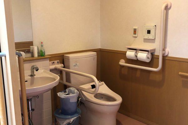 介護用トイレ(車椅子の出入りも可能)