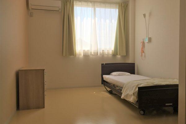 居室風景(トイレ・独立洗面台・エアコン・ベッド・カーテン・ナースコール・チェスト付き)