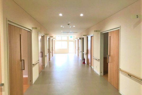 廊下もとても広く、車椅子の方同士でも余裕をもってすれ違える程の広さです!